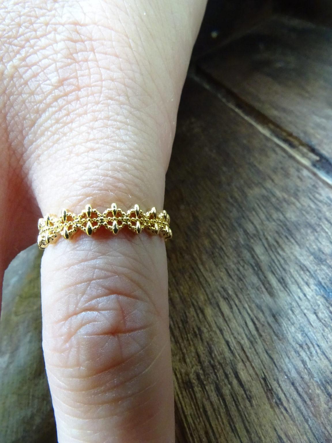 bague auriculaire. En forme d'anneau. Réglable. Bague doré en acier inoxydable.