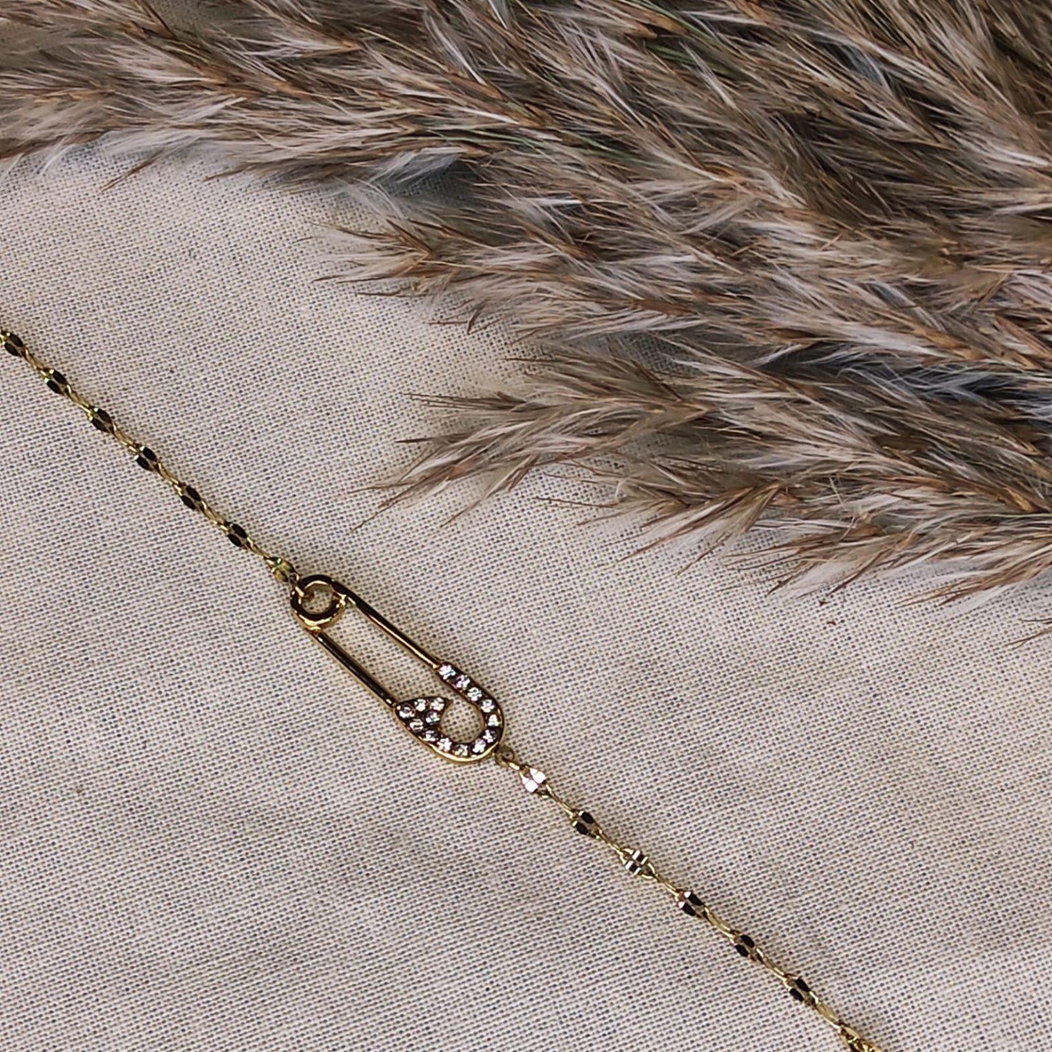 bracelet fin doré en caier avec epingle a nourrice avec strass