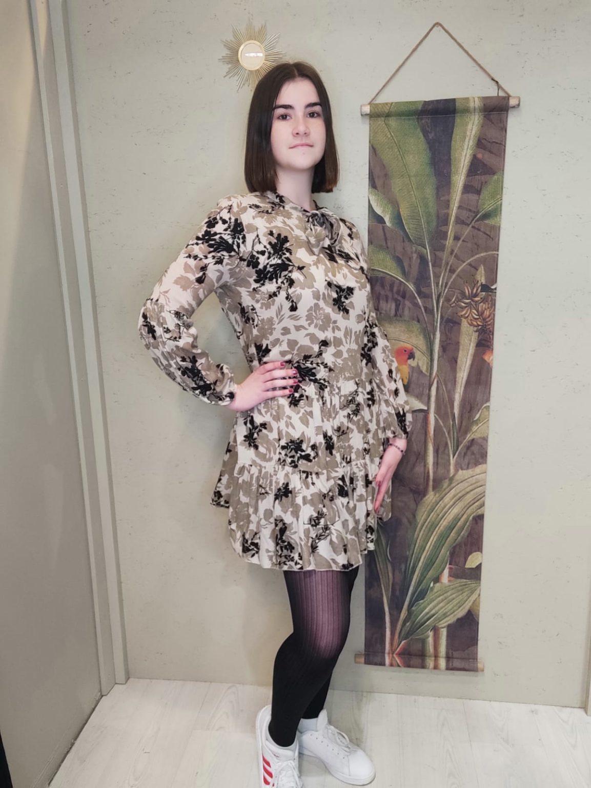 robe courte manche longue fond beige avec fleurs marron et noir. robe cuirte et manche longue