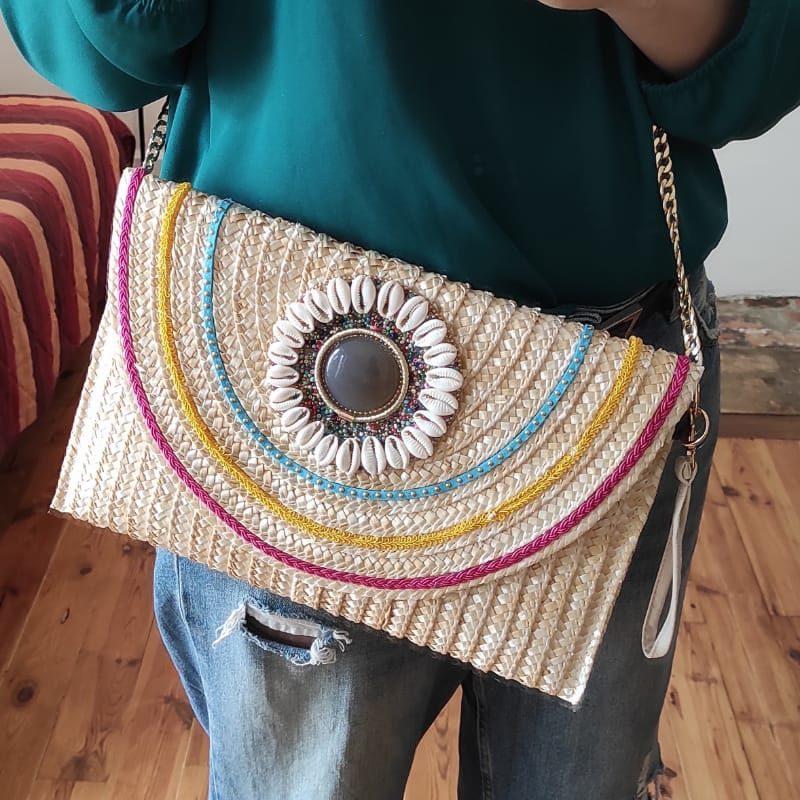 sac en paille rectangulaire effet boheme en paille pour l'été avec deco ronde incrusté de coquillage et de perles